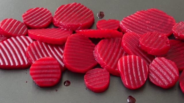 in scheiben geschnittenen gekochten rote bete auf schwarzem hintergrund - chenopodiacea stock-videos und b-roll-filmmaterial