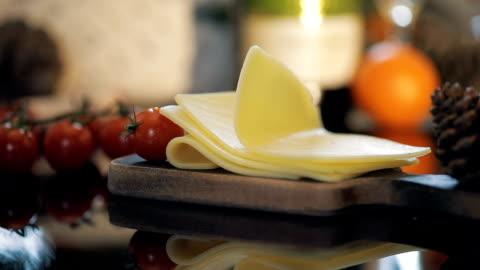 vídeos y material grabado en eventos de stock de rodajas de queso cerca de tomates cherry. cámara lenta - rebanada
