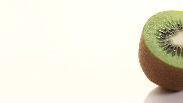 skivad kiwi på vit bakgrund vagn - kiwifrukt bildbanksvideor och videomaterial från bakom kulisserna