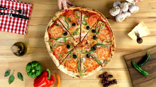 fette di pizza, femmina (mani solo) richiede una fetta - sezione superiore video stock e b–roll