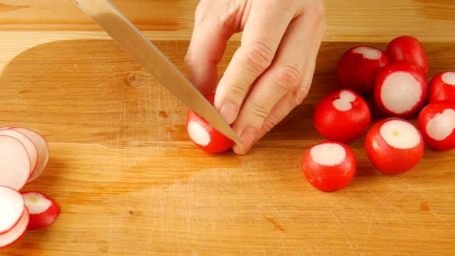 vídeos de stock e filmes b-roll de sliced radish in the kitchen. - crucíferas