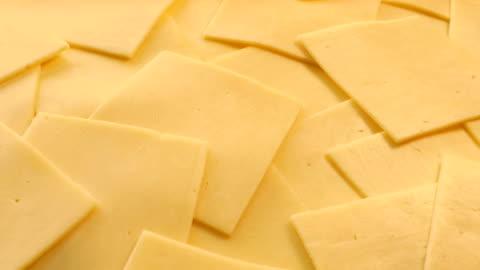vídeos y material grabado en eventos de stock de rebanadas de queso rojo primer plano en movimiento - rebanada