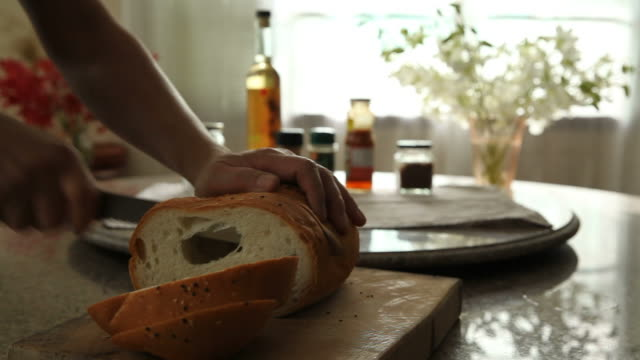 ナイフで全粒粉パンをスライス - 食パン点の映像素材/bロール