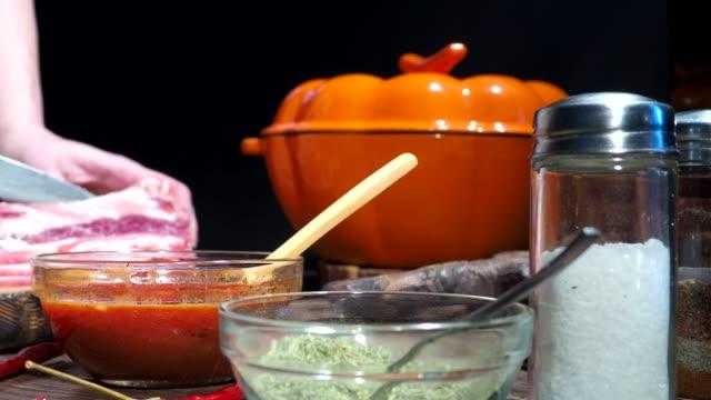 vídeos de stock e filmes b-roll de slicing bacon - produto de carne