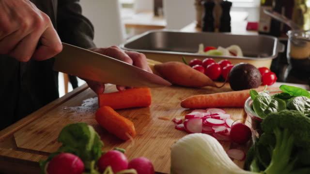 vídeos de stock e filmes b-roll de slicing carrot - cortar atividade