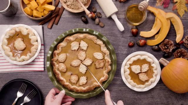切片新鮮的烤南瓜餡餅。 - pumpkin pie 個影片檔及 b 捲影像