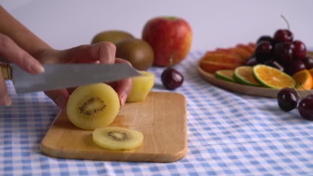 skivning kiwi - kiwifrukt bildbanksvideor och videomaterial från bakom kulisserna