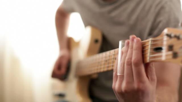 chitarra dal vivo slide con audio registrato - slitta video stock e b–roll