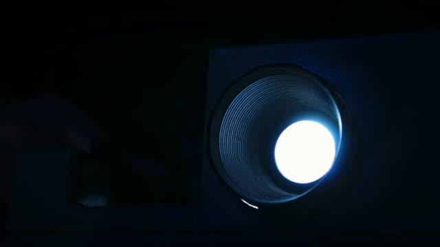 slide projector [ii] - diabild bildbanksvideor och videomaterial från bakom kulisserna