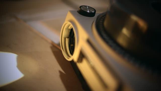skjut projektorn - diabild bildbanksvideor och videomaterial från bakom kulisserna
