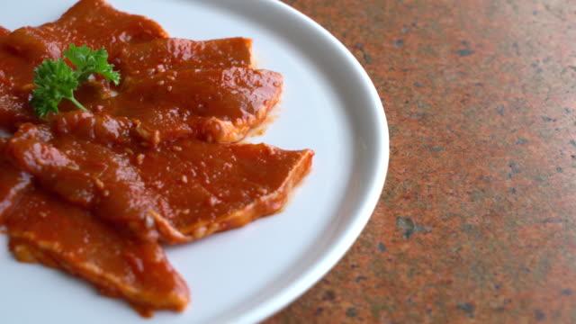 vídeos de stock e filmes b-roll de slide raw meat on the table - meat texture