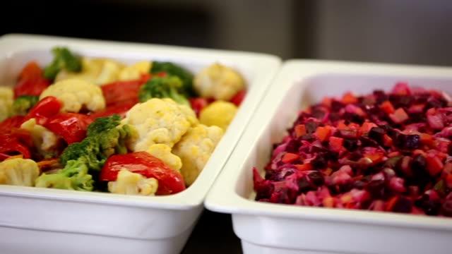 新鮮な野菜サラダ バーのスライダー パノラマ - ベジタリアン料理点の映像素材/bロール