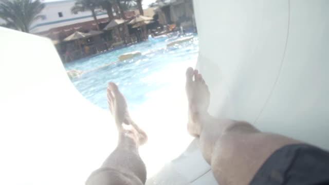Rutschen in Der Wasserrutsche im Aquapark. – Video