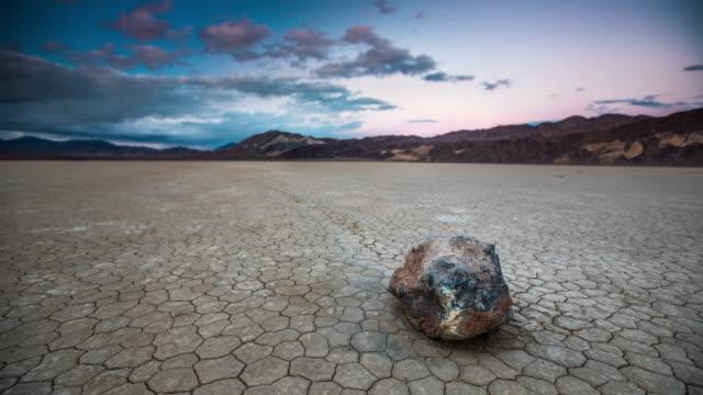 vídeos de stock e filmes b-roll de sliding rock at racetrack playa in death valley national park - parque nacional do vale da morte