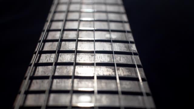 glidande skott av elgitarr över svart bakgrund - diabild bildbanksvideor och videomaterial från bakom kulisserna