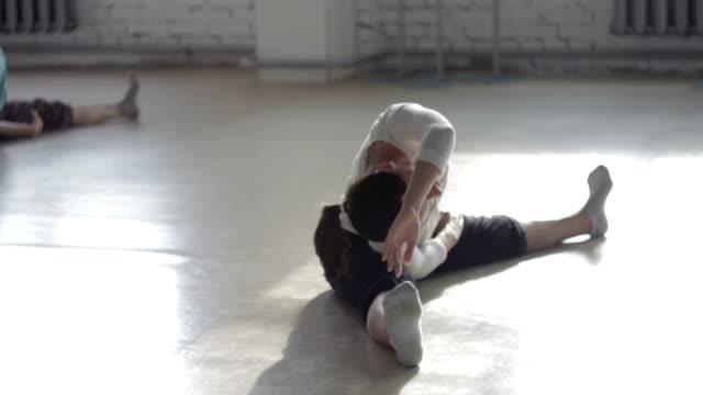 vidéos et rushes de les filles minces apprennent la nouvelle danse - justaucorps