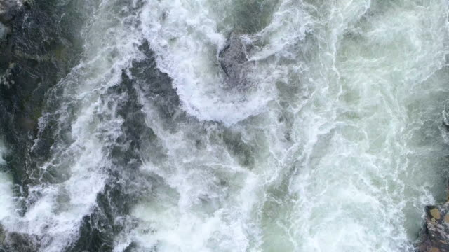 vídeos y material grabado en eventos de stock de slomo rápidos del río - drone footage