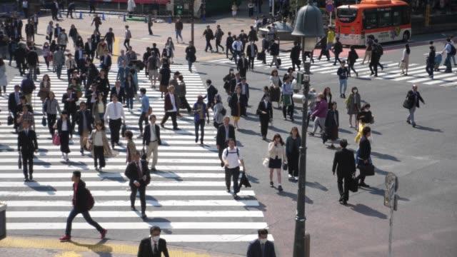 slomo:crowd の人が通りを歩いて - 交差点点の映像素材/bロール