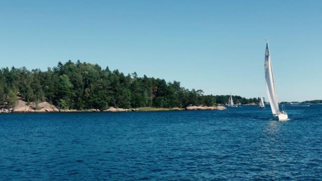 vídeos de stock e filmes b-roll de sloop boat exploring stockholm archipelago in a sunny day - arquipélago
