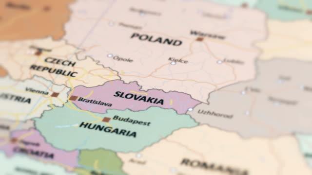 europa-slowakei auf weltkarte - slowakei stock-videos und b-roll-filmmaterial