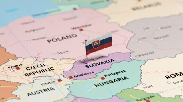 slowakei mit nationalflagge - slowakei stock-videos und b-roll-filmmaterial