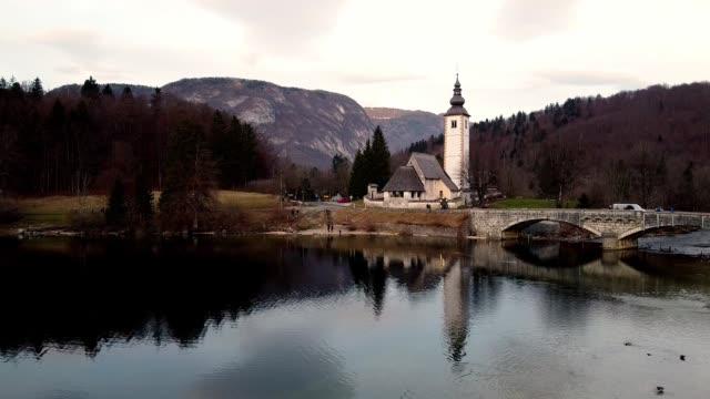 slovenien bohinj sjön gammal stenkyrka och bro - stenmur bildbanksvideor och videomaterial från bakom kulisserna