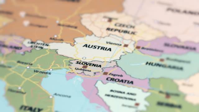 vídeos de stock, filmes e b-roll de eslovénia, europa no mapa do mundo - eslovênia