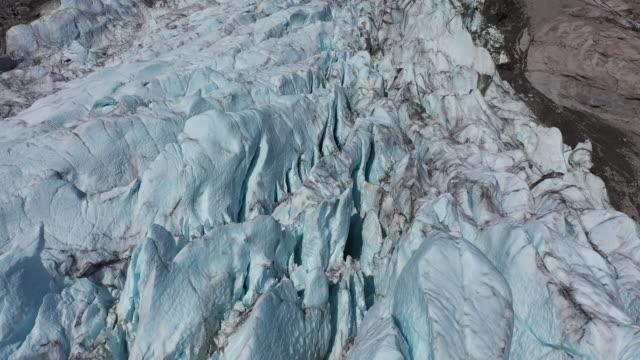 powolna podróż dronem powietrznym nad lodowcem sam ford fjord, kanada, w pobliżu grenlandii - piękno natury filmów i materiałów b-roll