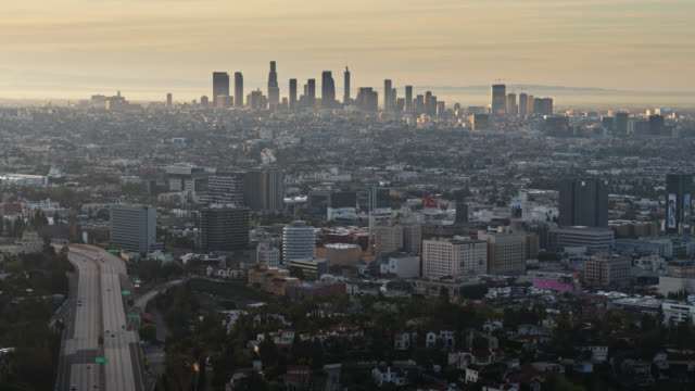 vídeos de stock e filmes b-roll de slow backwards flight over hollywood hills looking towards dtla skyline during covid-19 lockdown - covid flight