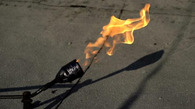 yavaş yanan gaz brülörlü - bunsen beki stok videoları ve detay görüntü çekimi