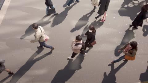 lento , direttamente sopra , vista ad angolo alto . passeggiata della folla dei pendolari - people video stock e b–roll