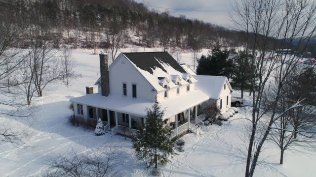 långsam dolly ner typisk vinter bondgård - roof farm bildbanksvideor och videomaterial från bakom kulisserna
