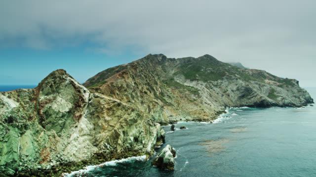 Vol lent de drone au-delà de la côte occidentale de Stony de l'île de Catalina - Vidéo