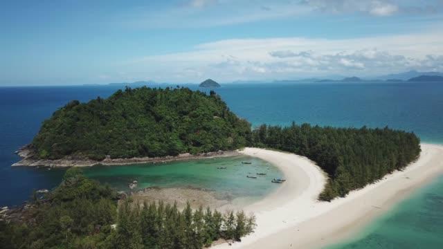 stockvideo's en b-roll-footage met langzame vlucht over kleine thaise tropisch eiland met strand en lange staart boten - maleisië