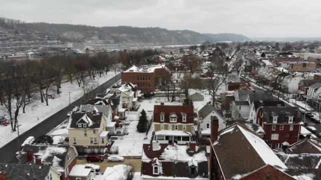 vídeos de stock, filmes e b-roll de lento avançada antena estabelecendo tiro da pequena vila no inverno - nordeste