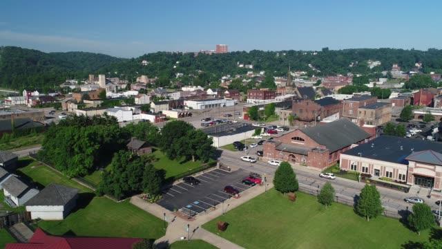 vidéos et rushes de ralentir avant antenne établissant shot de steubenville dans l'ohio - steubenville