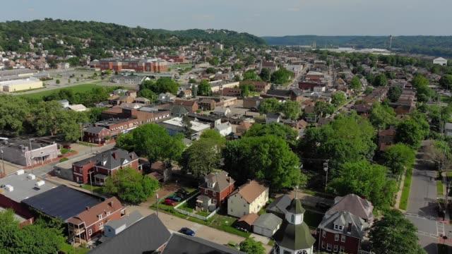 langsam nach vorne luftaufnahme von einer kleinstadt - pennsylvania stock-videos und b-roll-filmmaterial