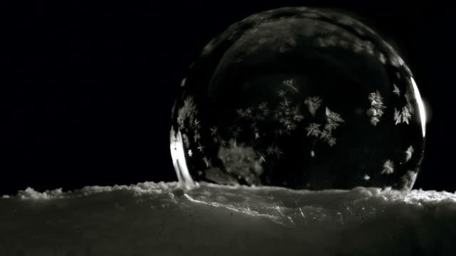 buz kristalleri yavaş dondurma topla. soğuk kış kırılgan güzelliği - donmuş su stok videoları ve detay görüntü çekimi
