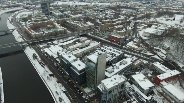 langsame landung über häuser in der nähe von river city, winter - litauen stock-videos und b-roll-filmmaterial