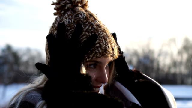 vídeos y material grabado en eventos de stock de mo lento: mantener caliente en belleza de invierno - moda de invierno