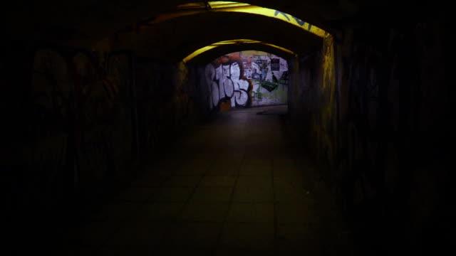 低速月:スプーキー地下道 - street graffiti点の映像素材/bロール