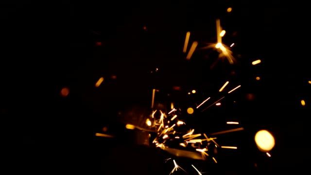 vídeos y material grabado en eventos de stock de lento missouri: afilar él en piedra esmeriladora de herramienta eléctrica - chispas