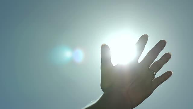 女性をスローモーション抽象的な太陽光線指パーム - 指点の映像素材/bロール
