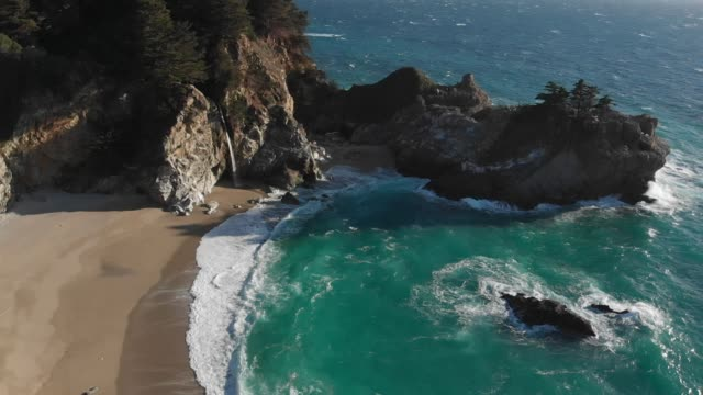 vídeos de stock e filmes b-roll de slow motion aerial video - slow motion aerial video - mcway falls in big sur california - big sur