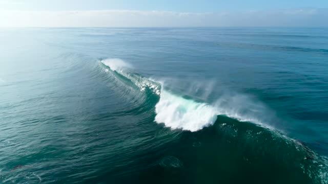 stockvideo's en b-roll-footage met luchtfoto van het slow motion van grote blauwe oceaan golven op zonnige dag - reus fictief figuur