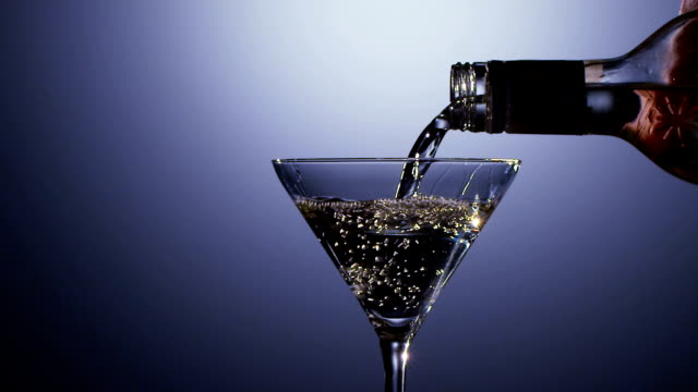 stockvideo's en b-roll-footage met slow motion. alcohol drinken gegoten in martini glasfles - martiniglas