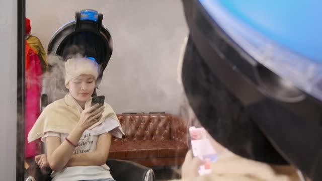 4k zeitlupe asiatische schöne frau kommen sie, um den färbeservice im salon zu nutzen. - haartönung stock-videos und b-roll-filmmaterial