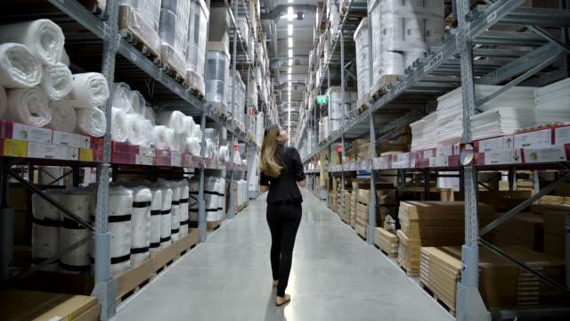 stockvideo's en b-roll-footage met slow motion aziatische vrouwelijke fabrieks medewerker controle voorraad in de fabriek. - aandelen