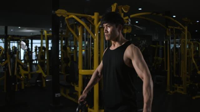 4k slow motion asiatische männer training im fitnessstudio, gewichtheben starke mann tun langhantel, in der hardcore gym. muskulös und athletische bodybuilder - gewichtstraining stock-videos und b-roll-filmmaterial