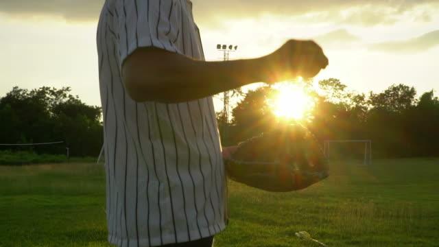 vídeos de stock, filmes e b-roll de slow motion: baseball captura por luva de beisebol - softbol esporte